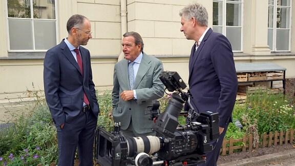 Gerhard Schröder im Gespräch mit Autor Torsten Körner und Kameramann Johannes Imdahl