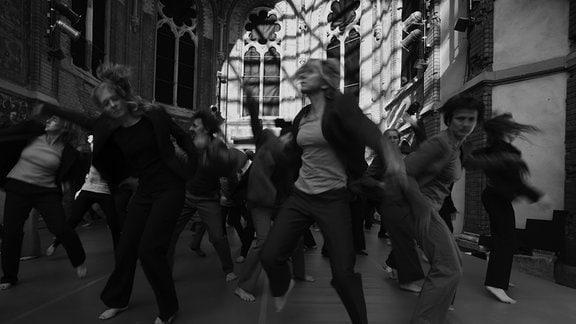 Der Film begleitet den aus Hoyerswerda stammenden Dirk Lienig, Ballett- und einstiger Solotänzer, Choreograf und Regisseur, in einem persönlichen Protokoll beim Aufbau der Tanzcompagnie und im Probenprozess.