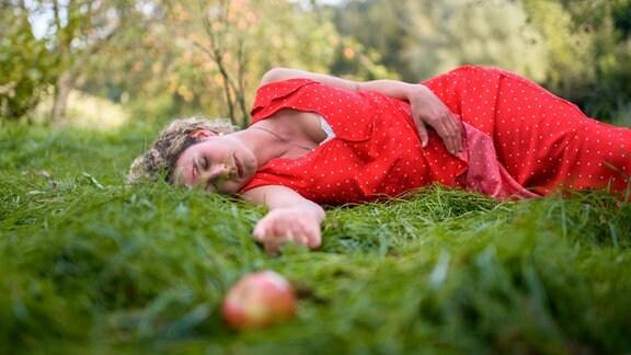 Franzi (Léa Wegmann) hat bei ihrem Sturz vom Apfelbaum das Bewusstsein verloren.