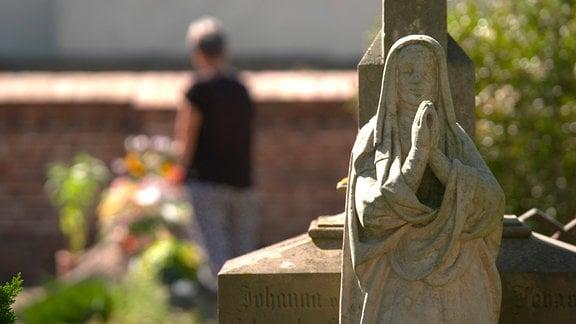 Einen Ort zum Trauern zu haben, ist für die Hinterbliebenen enorm wichtig. Die Erinnerung an einen Menschen an seinem Grab wach zu halten erleichtert den Angehörigen mit dem schmerzlichen Verlust umzugehen.