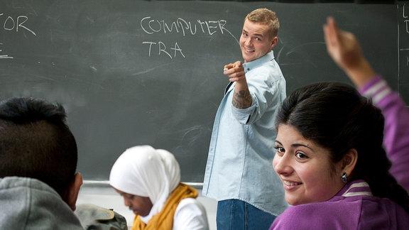Im Klassenzimmer: Lehrer Soren (Joakim Ingversen) und Sawsan (Malika Sia Graff)