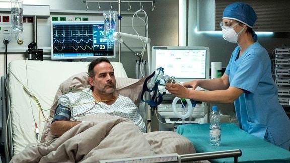Der Gesundheitszustand von Theresas (Katharina Nesytowa, r.) Patienten Boris Liebig (Beat Marti, l.) verschlechtert sich rapide.