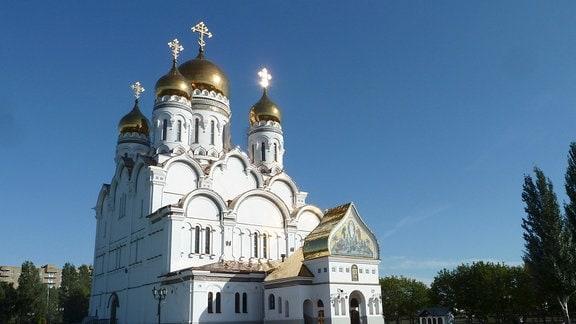 Der Eingang einer russisch-orthodoxen Kirche in Astrachan.