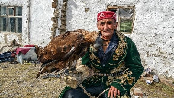 Manu, der mit dem Adler jagd. Er ist sehr geachtet im Westen der Mongolei. Seine Art der Jagd ist traditionell und bedeutet den Mongolen viel.