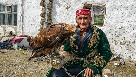 Der Jäger Manu mit seinem Adler.