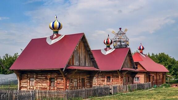 Blick auf die traditionell gebauten Häuser des Ferienorts in Jasowo.