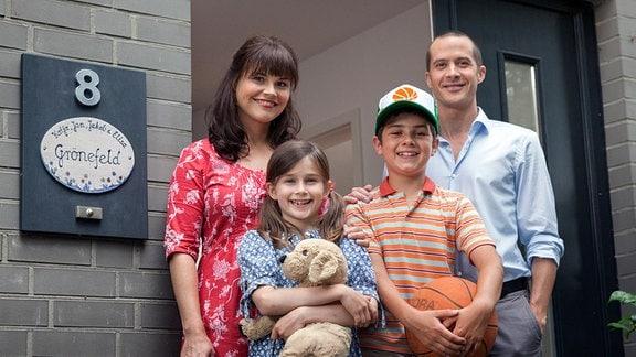 Jan (Barnaby Metschurat, re.) und Katja (Katharina Wackernagel, li.) ziehen mit ihren beiden Kindern Jakob (Mindor Behrens) und Elisa (Marleen Quentin) in ihr neues Haus ein.