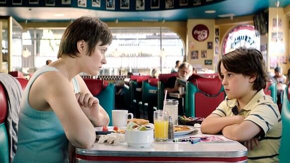Mara (Mãlina Manovici) würde für ihren Sohn Dragos (Milan Hurduc) alles tun. Der Neunjährige muss sich in den USA an ein komplett neues Umfeld gewöhnen.