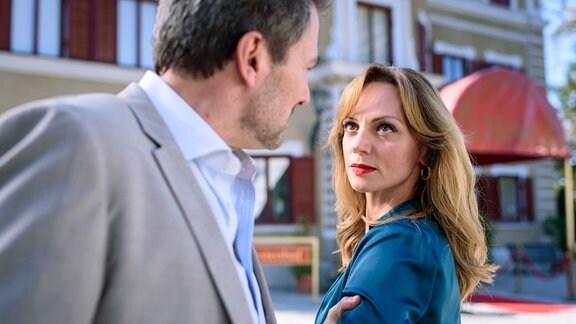 Christoph (Dieter Bach, l.) ist überzeugt davon, dass Ariane (Viola Wedekind, r.) beim Lügendetektortest getrickst hat.