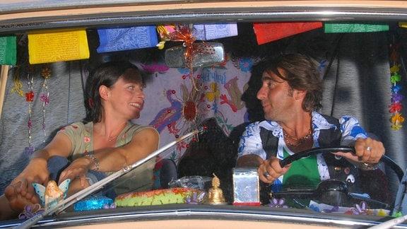 Luisa (Jule Ronstedt) macht sich mit Gernot (Dieter Landuris), dem Freund ihrer flippigen Schwester, auf den Weg nach Italien.