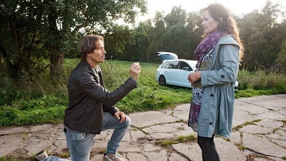 Ben (Hakim Michael Meziani, l.) macht der überraschten Tina (Katja Frenzel, r.) einen Heiratsantrag.