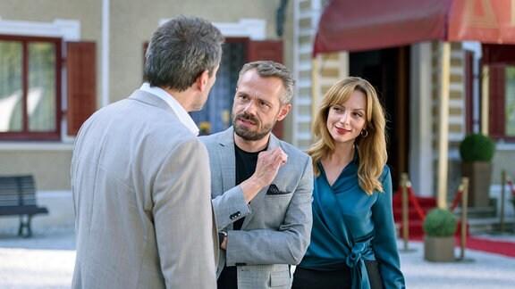Als Christoph (Dieter Bach, l.) Ariane (Viola Wedekind, r.) zur Rede stellt, geht Erik (Sven Waasner, M.) dazwischen und ergreift für Ariane Partei.