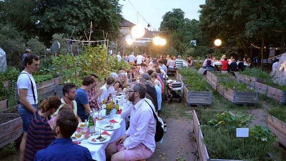 """Bis zu 80 Gäste genießen das Garten-Dinner von """"Annalinde""""."""