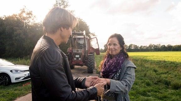 Tina (Katja Frenzel, r.) nimmt Bens (Hakim Michael Meziani, l.) Antrag überglücklich an.