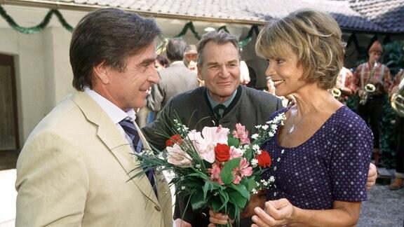 Erfreut stellt Otto (Fritz Wepper, Mitte) fest, dass Annemarie (Uschi Glas) in Franz (Elmar Wepper) einen glühenden Verehrer gefunden hat.
