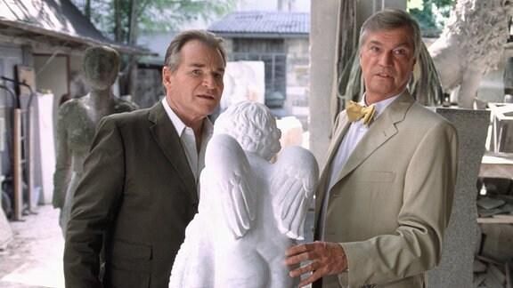 Von Kurt (Jochen Busse, re.) erhält Otto (Fritz Wepper) den Tipp, einen Geisterbeschwörer anzustellen.