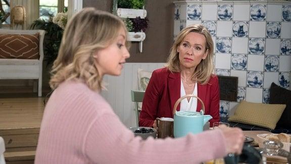 Mona (Jana Hora-Goosmann, l.) erklärt der skeptischen Sara (Antonia Jungwirth, l.), sie wolle lernen, Andreas wieder zu vertrauen.