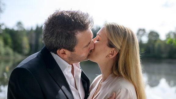 Zwischen Christoph (Dieter Bach, l.) und Selina (Katja Rosin, r.) kommt es endlich zu einem leidenschaftlichen Kuss.
