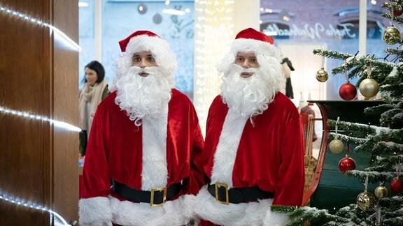 Jakob (Kostja Ullmann) und Torsten (Johannes Allmayer), beide als Weihnachtsmann verkleidet.