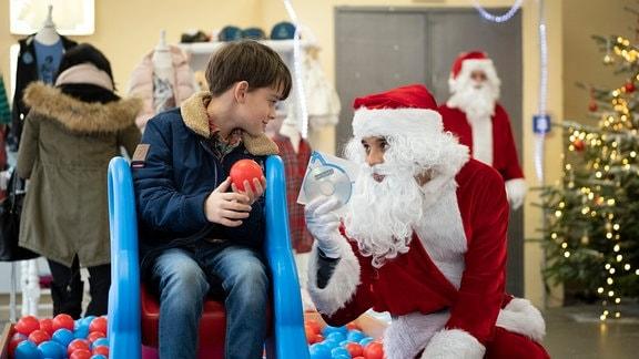 Ben (Oskar Netzel, li.) und Jakob (Kostja Ullmann) im Wehnachtsmannkostüm.