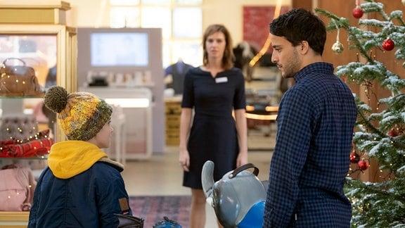 Jakob (Kostja Ullmann, r.) lernt Lotte (Kim Riedle) und Ben (Oskar Netzel) kennen.