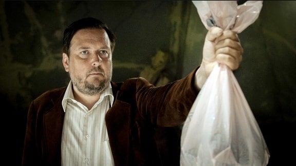 Robert (Matto Kämpf) kann sich nur schwer von seiner toten Katze trennen.