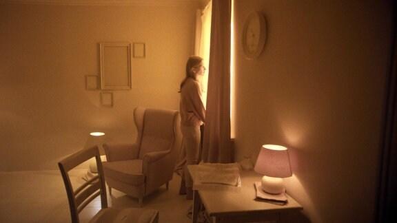 Ella (Carla-Frieda Nettelnbreker) in einem gelben Raum.