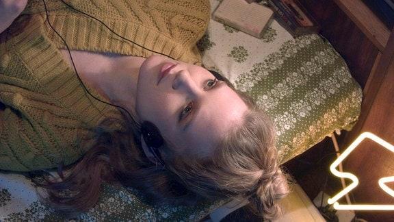 Ella (Carla-Frieda Nettelnbreker), liegend.