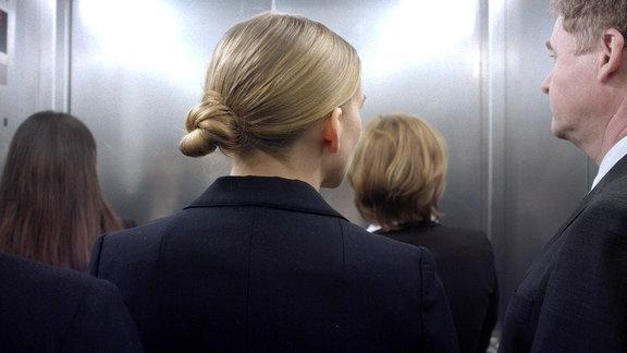 Im grauen Arbeitsalltag muss sich Ella (Carla-Frieda Nettelnbreker) anpassen.