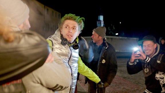 Eines Nachts gerät Karim (Eray Egilme, links) in die Fänge einer selbsternannten Bürgerwehr (v.r.n.l.: Christopher Raeck, Jean Maesér, Kay Liemann). Die Situation eskaliert.