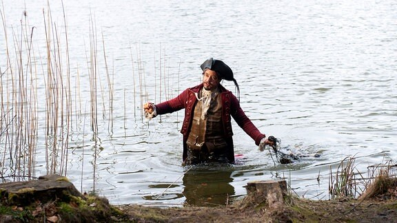 Münchhausens (Jan Josef Liefers) Entenjagd endete im Wasser.