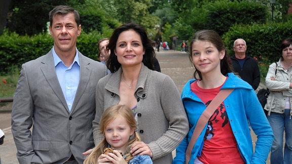 Gespannt verfolgt Tierärztin Dr. Susanne Mertens (Elisabeth Lanz, M.) mit ihrer Familie (v. l., Sven Martinek, Paula Hartmann, Elisabeth Böhm) eine Greifvogelflugshow im Zoo, als sie von Dr. Fährmann zu einem Notfall gerufen wird.
