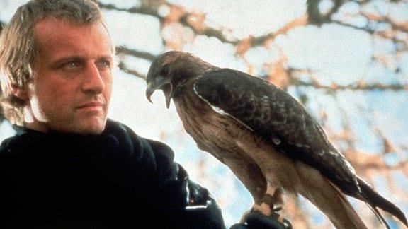 Durch einen Fluch verwandelt sich die Geliebte des Ritters Etienne Navarre (Rutger Hauer) tagsüber in einen Falken.