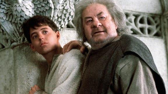 Gemeinsam mit dem zauberkundigen Mönch Imperius (Leo McKern, rechts) will Philippe (Matthew Broderick) den Fluch besiegen.