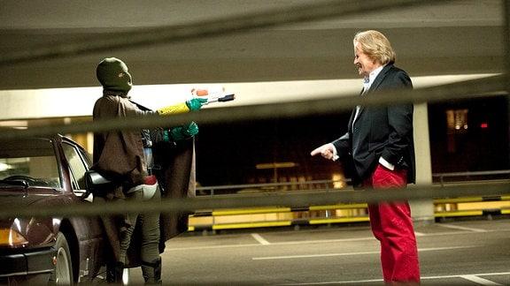 """Auge in Auge mit dem Bösen: """"Der Hammer"""" stellt den Rotlichtkönig Bruno Vogler (Frank Zander) in einem Parkhaus zur Rede."""