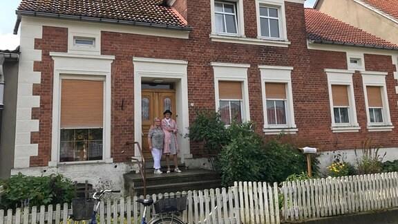 Annedore Knaack und Ina Schwarz vor ihrem Elternhaus in Blandikow, Heiligengrabe. Nachdem ihre Mutter im Sommer 2019 verstarb, haben die Schwestern das große Haus nach und nach beräumt. Inzwischen steht es zum Verkauf.