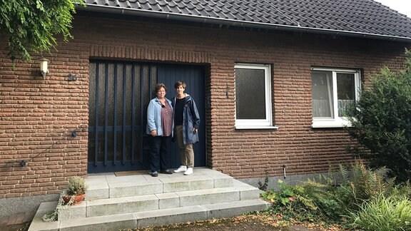 Anne Kriesel und ihre Mutter Marie Muckel vor dem Elternhaus in Paderborn. Heute wird Anne das letzte Mal durch die leeren Räume gehen und sich vom Ort ihrer Jugend verabschieden.