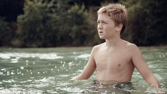 Kurz vor dem Schwimmwettkampf hat Oskar (Luis Vorbach) Zweifel.