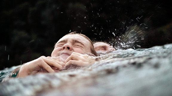 Der Schwimmwettkampf bringt Frank (Björn Bugri, hinten) und seinen Sohn Oskar (Luis Vorbach, vorn) an ihre Grenzen.