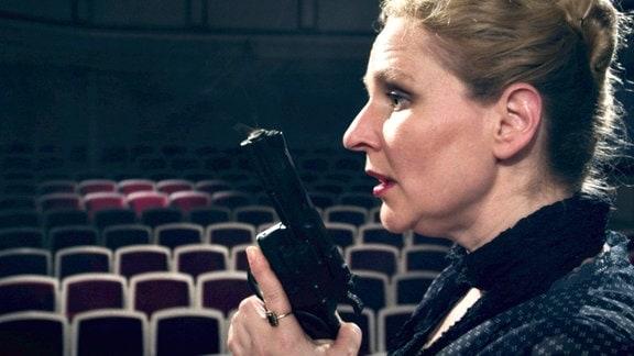 Mit allen Mitteln versucht Schauspielerin Doris (Inga Dietrich) ihr Ziel zu erreichen.
