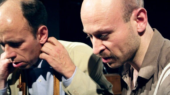 Wolfgang (Uwe Poppe) und Peter (Pero Radicic) intrigieren gegen Doris.