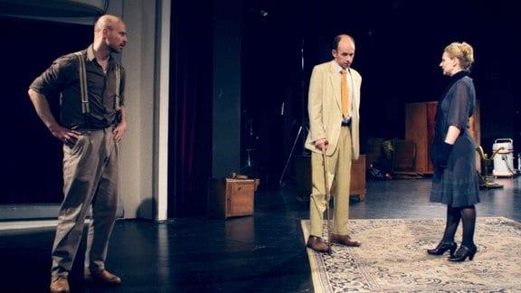 Das Auto des neuen Theater-Intendanten Wolfgang (Uwe Poppe, mitte) wurde manipuliert. Während der Probe stellt er das Schauspielerpaar Peter (Pero Radicic,links) und Doris (Inga Dietrich) zur Rede.