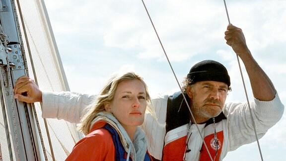 Dr. Jens Groote (Christian Kohlund) nimmt die Rechtsanwältin Corinna Jacobs (Maria Furtwängler) mit zu einer Bootsfahrt.