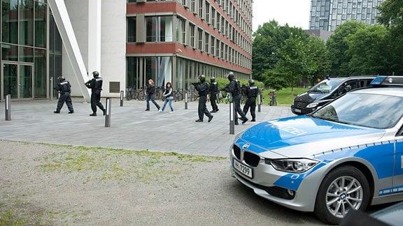 MEK Einsatz: Nina Sieveking (Wanda Perdelwitz, 3.v.l.) und Harry Möller (Maria Ketikidou, 4.v.l.) stürmen mit den Kollegen das Bankgebäude.