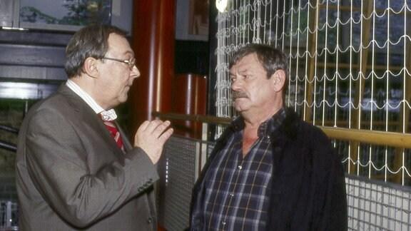 Kommissar Schmücke (Jaecki Schwarz) erklärt seinem skeptischen Kollegen Schneider (Wolfgang Winkler) seinen Plan.