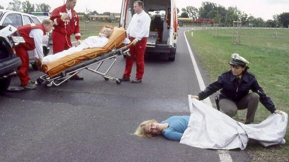 Schwer verletzt wird Edith Reger (Marita Böhme) ins Krankenhaus gebracht. Für das zweite Unfallopfer kommt jede Hilfe zu spät.