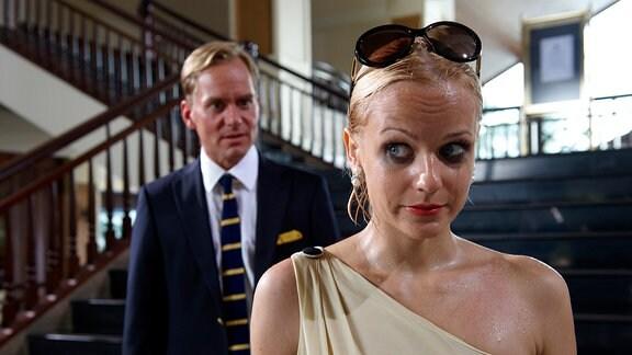 Felix (Patrick Heyn) und Julia (Mirjam Weichselbraun) stehen voreiner Treppe.