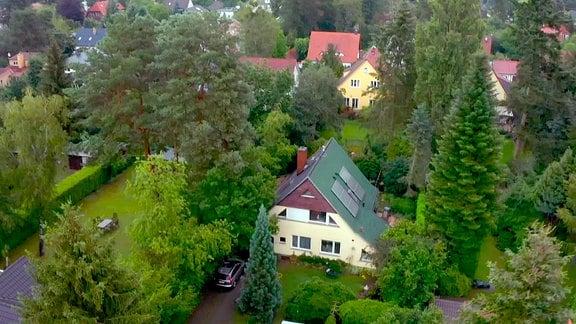 Blick von oben auf ein Haus und Grundstück in Kleinmachnow