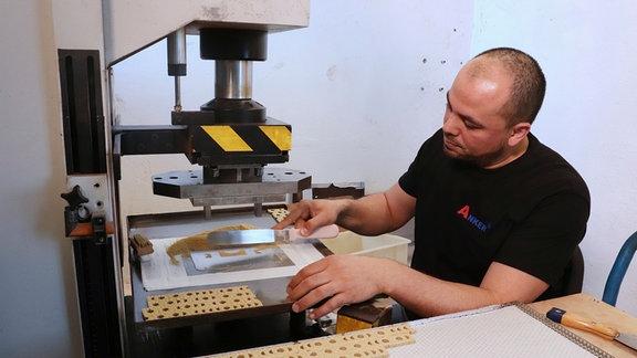 Herstellung der künstlichen Bausteine mit hydraulischen Pressen.