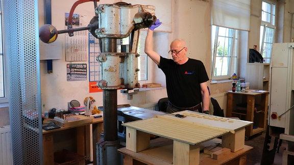 Zur Herstellung der Bausteine auch historische Handpressen genutzt.